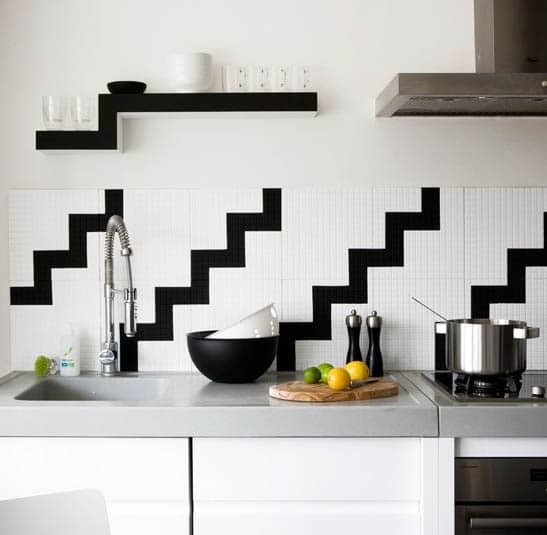 Black and white geometric pattern in kitchen wall decor ideas