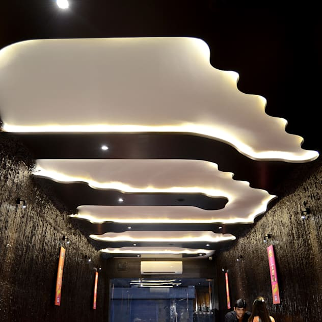Dipping design as false ceiling idea with white lighting